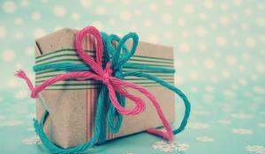 Pakowanie prezentu w szary papier i taśmy washi