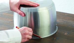 KROK I – Obrysowanie obwodu pojemnika na blacie kuchennym